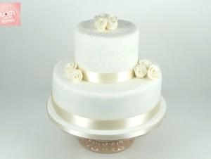 Klassische weiße Hochzeitstorte