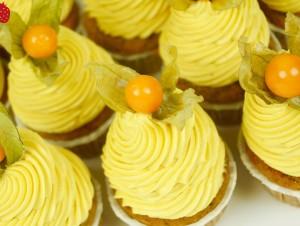VEGAN Natürlich findet Ihr auch  VEGANE CUPCAKES in unserem Sortiment. Wir starten mit einem saftigen  MANGO CupCake auf Zucchini-Sponge.