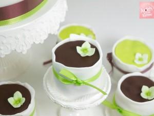 Dieser bietet den Hochzeitsgästen alles, was derzeit an leckeren Süßigkeiten im Trend liegt: Macarons, kleine Törtchen, Mini-Cup Cakes,  Cake Pops, Punschkrapferl, Kekse uvm. So kann jeder nach Lust und Laune alles ausprobieren.