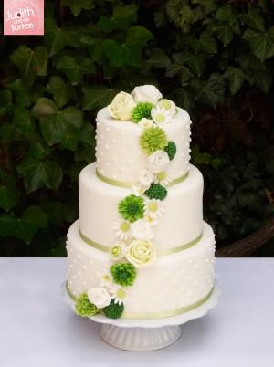 Es sind die ruhigen Farben, welche diese wunderschöne Hochzeitstorte  in den Vordergrund stellt. Die handmodellierten Blüten  sind in einem harmonischen Verlauf angeordnet. Die Leichtigkeit und der Hang zur Natürlichkeit  ihrer Liebe sollten diesen Tag unvergessen machen. Für immer.