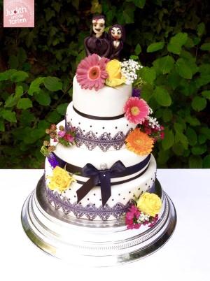 Unter diesem Motto wurde die Hochzeit gefeiert und ich durfte diese ausgefallene Hochzeitstorte gestalten. Natürlich bin ich immer sehr dankbar für kreative Wünsche und freue mich immer wieder diese umsetzten zu dürfen
