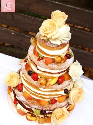 Auch geschmacklich sind beim Naked Cake keine Grenzen gesetzt. Viele verschiedene Variationen lassen sich ganz einfach nach Anlass, Jahreszeit oder Euren Vorstellungen umsetzen. Anschließen wird Eure Traumtorte mit frischen Beeren, bunten Früchten oder Blumen garniert - ganz wie es Euch gefällt. Am liebsten gestalte ich die Torten immer mit frischen Früchten der Saison 😘